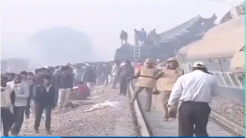 印度火车脱轨现场惨烈 车厢砸车厢(图)