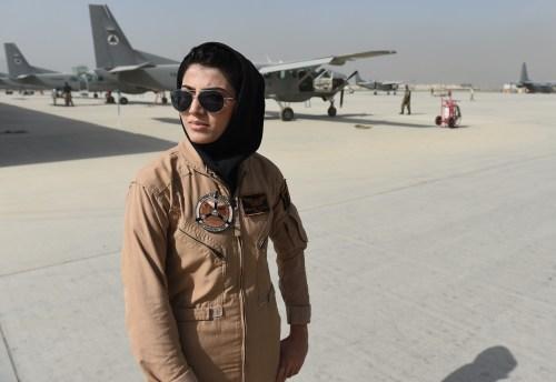 阿富汗首位女飞行员在美申请庇护(图)