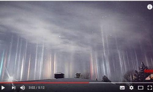 加拿大出现奇异光柱照亮夜空(图)