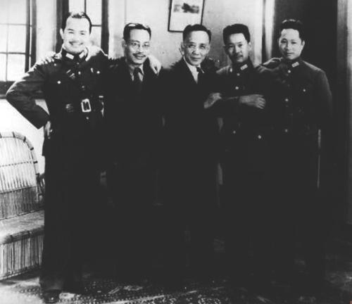 (右起)1938年,原北伐第四军军官叶挺、张发奎、郭沫若、陈铭枢、黄琪翔在武汉合影。