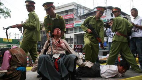 """中共带外国记者团""""访问""""藏人区阿坝(图)"""