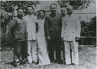 1937年,黄琪翔夫妇同国共合作谈判代表周恩来在南京黄宅庭院合影