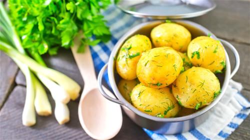 土豆浑身都是宝,每天吃两次煮土豆有缓解压力的功效。