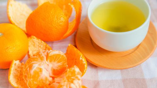 用鲜橘子皮泡开水,饮后可理气消胀、生津润喉。