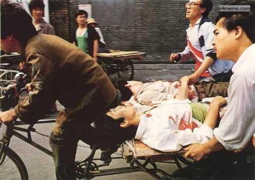 1989年六四屠杀,北京市民救护学生。