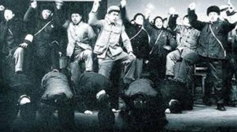 文革期间,红卫兵批斗殴打老师。(网络图片)