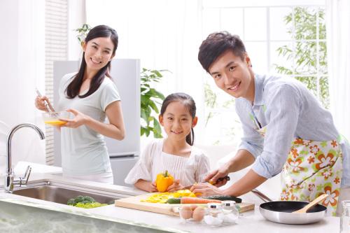 在厨房的一家人