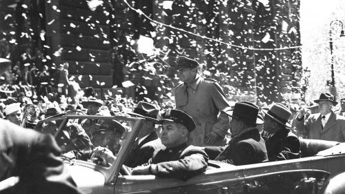 麦克阿瑟在纽约接受民众欢呼