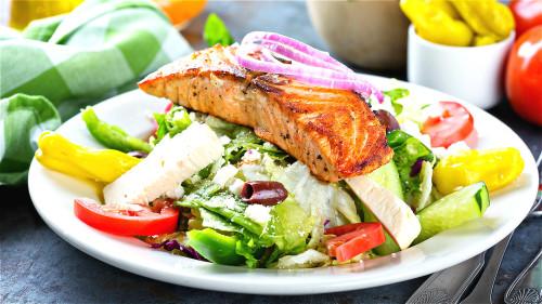 鱼类比大多数肉类所含的脂肪和饱和脂肪酸都低,多吃鱼能保持心脑血管通畅。