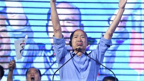 """韩国瑜竞选口号""""货出得去,人进得来,高雄发大财""""。"""