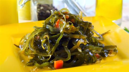 海带等水里生长的菜帮助排除有害重金属的效果非常好。