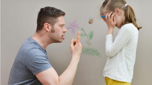 从心理学角度讲,产生惧怕社会的心理,以后孩子难立足于社会的。