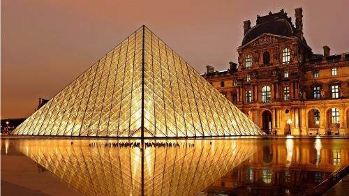据统计,罗浮宫在2019年的游客达到960万人,由世界各国涌进的参观人潮,平均每天超过2.6万人。