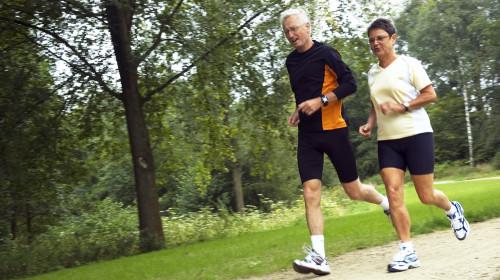 老人可适当体育锻练,增强体质,减缓衰老过程。