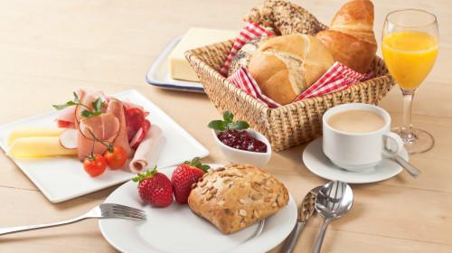 早餐是大脑活动的能量之源,不吃早餐会对人体产生危害。