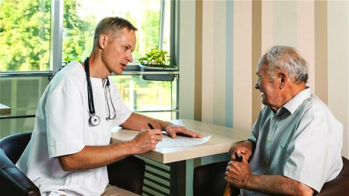 老年人如果经常出现腿抽筋的症状,最好到医院彻底做检查。