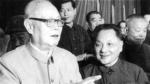 邓小平与叶剑英和李先念等人合影。(网络图片)