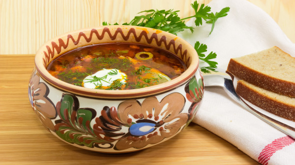 使用香料、浓缩高汤取代新鲜食材熬煮的汤品,吃多反而造成身体负担,有碍健康。