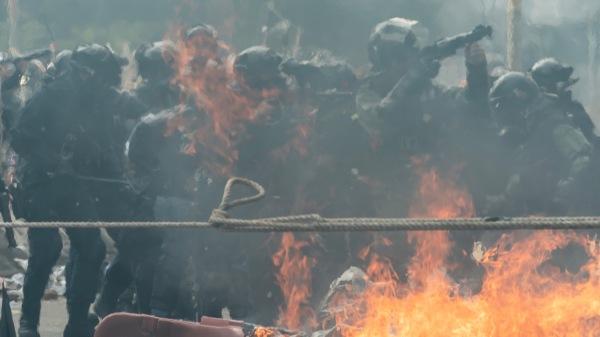 11月18日香港防暴警察在抗议者逃跑期间瞄准催泪弹发射器