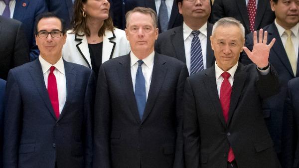 美国贸易代表莱特希泽(中)、美财长姆努钦(左)和中共国务院副总理刘鹤(右)