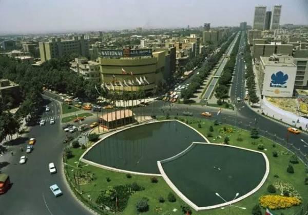 德黑兰由一座破败的小城一变成为举世闻名的繁华大都市。
