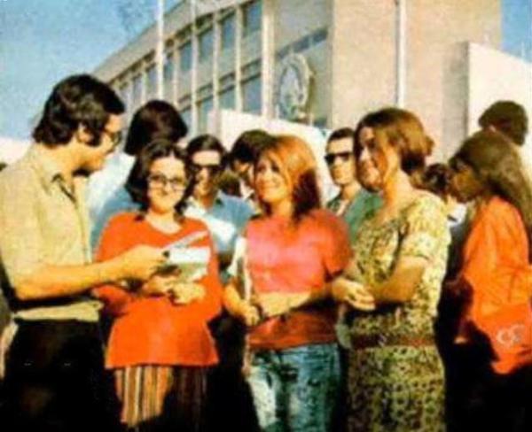 那时的伊朗,女性可以不戴头巾,打扮的漂漂亮亮的出门。