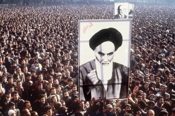 1979年,伊斯兰革命中示威者举着霍梅尼的照片