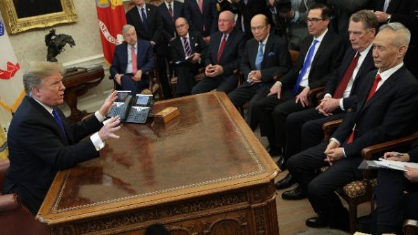 美国总统川普、中共国务院副总理刘鹤、美国贸易代表莱特希泽(右二)、美国财长姆努钦(右三)