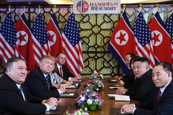 """美国总统川普(左二)与朝鲜领导人金正恩(右二)在越南河内举行第二次""""川金会""""。"""