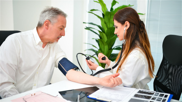高血压患者应坚持定期测量血压,将血压控制在一个合理的水平。