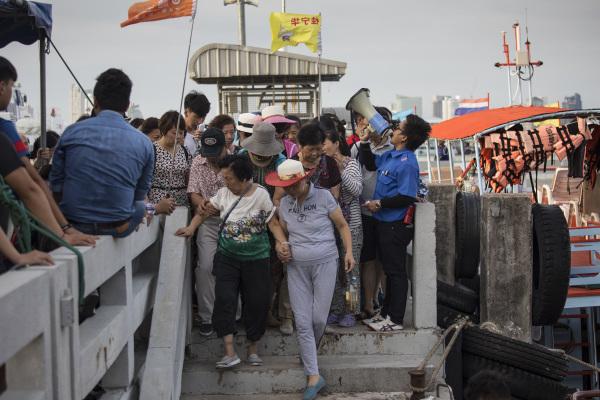 2017年7月29日,中国游客在导游的引导下登上泰国芭达亚的游船。