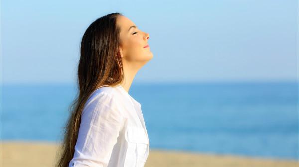 想要长寿要学会调整不良情绪,可以通过深呼吸平复情绪。