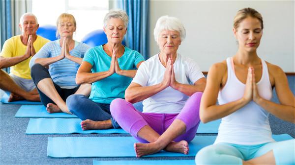 想要让心跳变慢,坚持静坐、气功、瑜伽等有氧运动是不错的选择。