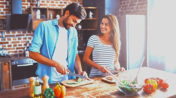 切菜时生熟不分,容易污染食物。