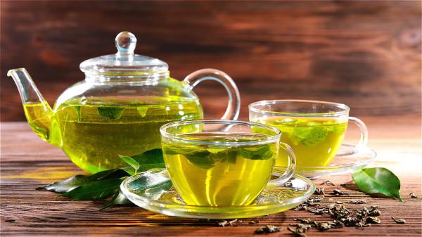 研究却发现,每天喝至少1杯不加糖、奶的茶,有机会降低约2成失智症风险。