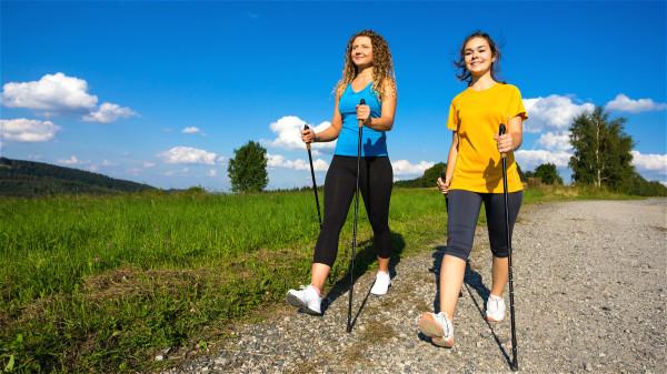 大步快走可拉开腿后面和后内侧膀胱经和肾经,有健脾胃,补足肾精,固肾强身的功效。
