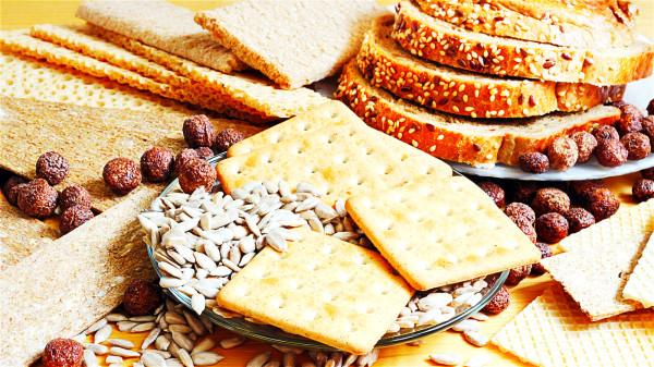 饥饿感还没产生以前,先吃一点饼干、全麦面包等可以避免出现饥饿感。