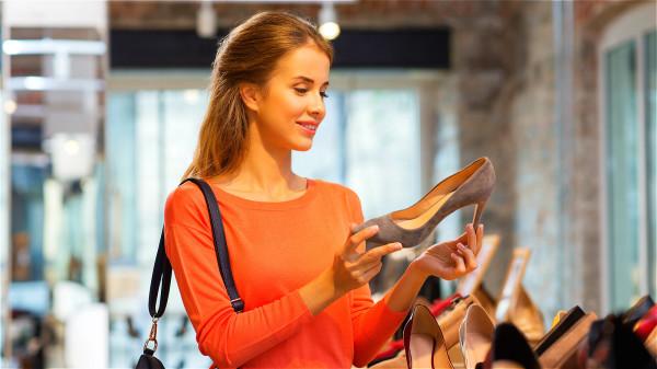 长时间穿着包覆过紧的鞋子是甲沟炎发病的原因之一。