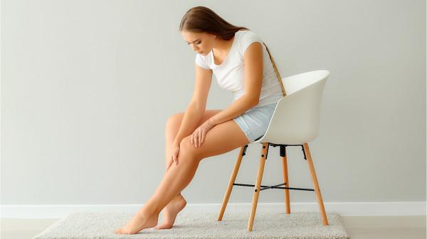 揉小腿肚可以使血液顺畅地运行全身,身体自然健康。