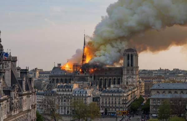 圣母院教堂尖塔不幸在大火中烧毁倒塌,幸运的是,其主体结构幸免于难,院内艺术品也几乎都保住。
