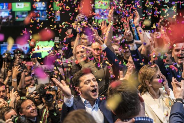 """喜剧演员出身的政治素人泽伦斯基(Volodymyr Zelenskiy)以逾73%得票数获得压倒性的胜利,顺利击败寻求连任总统波洛申科(Petro Poroshenko),成为乌克兰首位""""政治素人""""总统,改写历史。"""