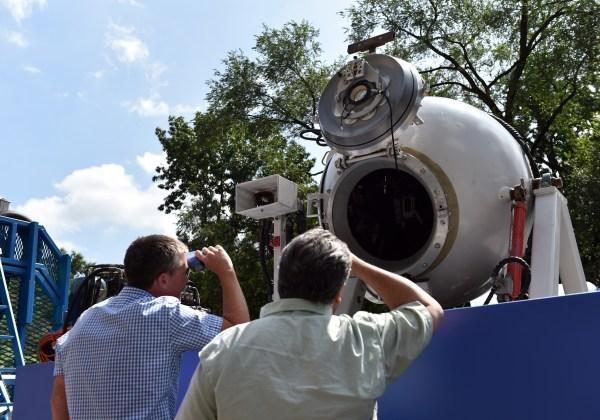 """2014年8月4日,在纽约自然历史博物馆展出导演卡梅隆建造并驾驶的载人潜水器""""深海挑战者号""""。"""
