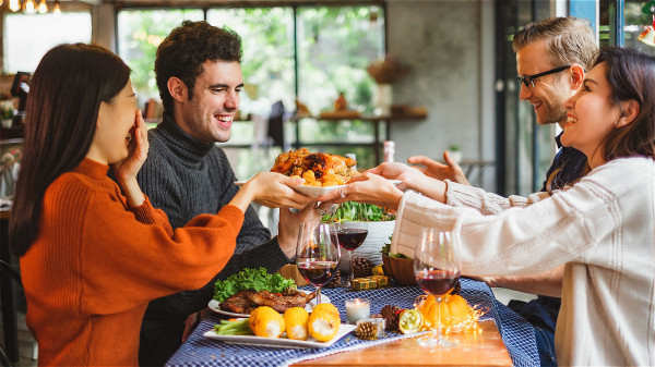晚餐不宜摄入过多热量,易积累脂肪,造成肥胖。