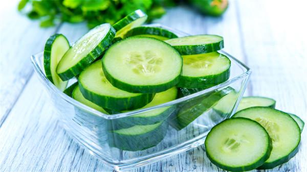 黄瓜能促进消化系统正常运作,并帮助降低胆固醇含量,预防肥胖。