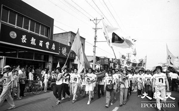 """六四期间,中共政府发布言论称学生是被""""一小撮人""""煽动的,中央美院学生打出""""自有头脑、还用煽动""""的横幅予以驳斥。"""