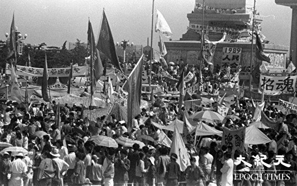 1989年六四学生运动期间,北京天安门广场人民英雄纪念碑一角。