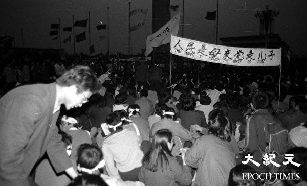"""1989年""""六四""""学生运动期间,学生夜间坚持在天安门广场静坐请愿。"""