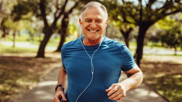 更年期男人应保持良好的心态和运动,许多更年期症状都会减轻。