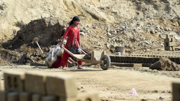 巴基斯坦當局破獲一個販賣女性至中國賣淫的團夥。圖為一名巴基斯坦女孩在拉合爾郊區的一個磚窯上推著一輛帶沙子的車