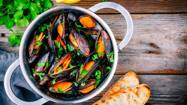 更年期男人在食物的选择上,可首选淡菜等食物来调理身体。